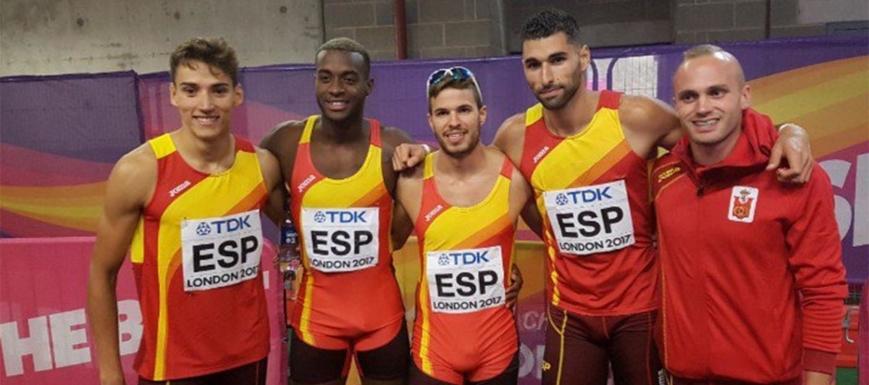 Lucas Búa (izquierda) fue quinto en la final de 4x400 del Mundial