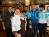 Zidane, con Vicente (segundo por la izquierda), propietario de la Orza, donde ha comido hoy en Toledo, junto a algunos de los trabajadores del local