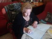 """Felisa Tante, la mujer que aprendió a leer con casi 80 años y ahora """"devora"""" las novelas de su hijo"""