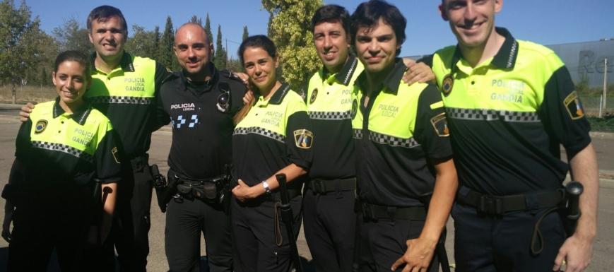 Agente de la Policía Local de Toledo junto al elenco de