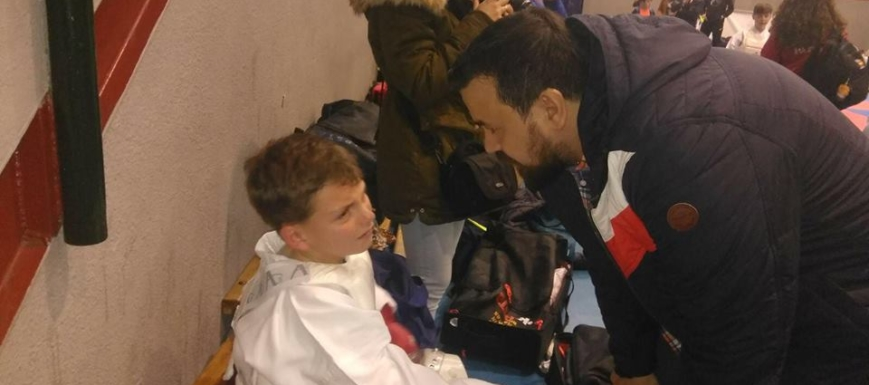 Amores consuela a uno de los más jóvenes karatekas, que había sido derrotado