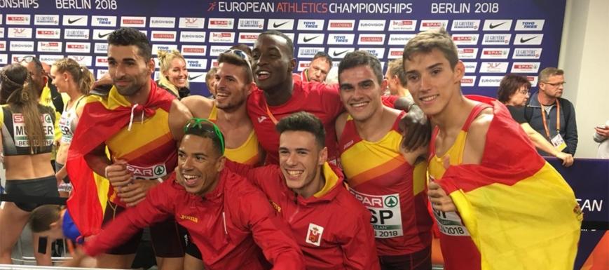 Lucas Búa (primero por la derecha) y Manuel Guijarro (en el centro, abajo), festejando la medalla de bronce