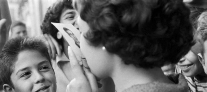 Fermina, besando la foto de Bahamontes