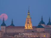 La superluna que se posó sobre el Alcázar y la Catedral de Toledo
