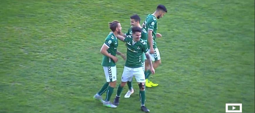 El jugador del Toledo Rubén Moreno es felicitado después de marcar el gol