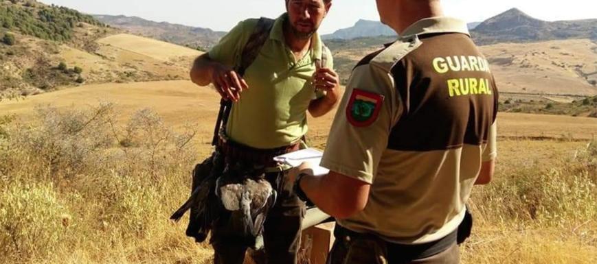 Dos guardias rurales que ejercen su trabajo en los campos de España