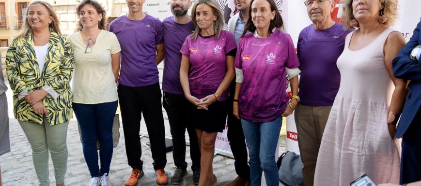 La alcaldesa de Toledo posa con la camiseta, diseñada por Javier Vivar