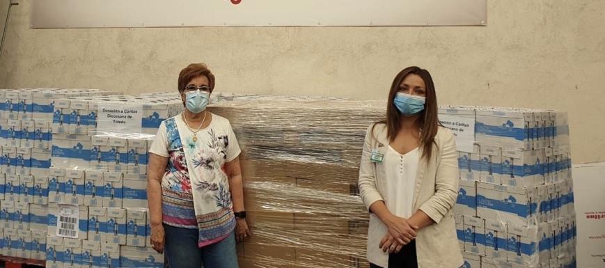 Natalia Castrillo (derecha). con Marisa Martínez en la entrega de alimentos de Mercadona a Cáritas